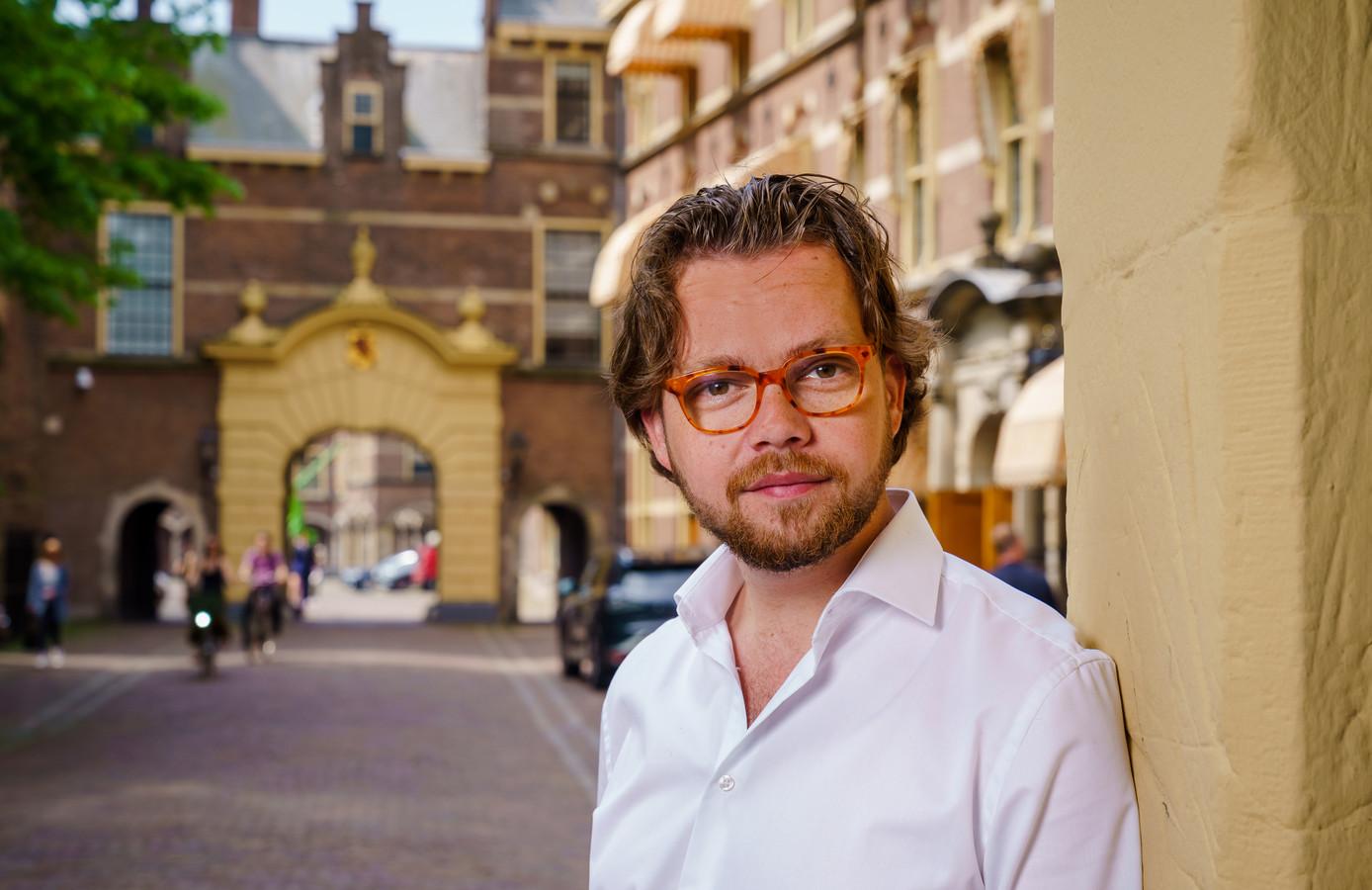Daan de Kort, lid van de Tweede Kamer voor de VVD, ziet vrijwel niets. De Kamer is niet ingericht op slechtzienden.