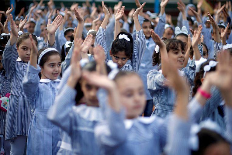 Palestjinse schoolmeisjes op een school die wordt gerund door de UNRWA in Gaza.  Beeld REUTERS