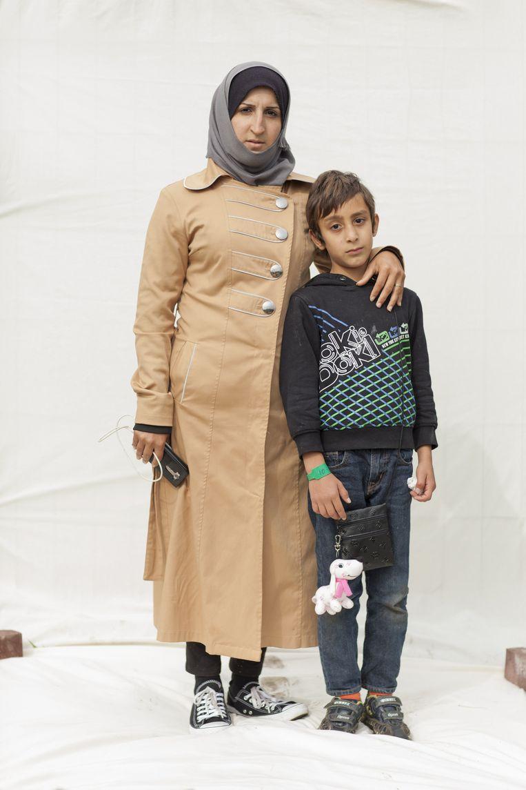 Siba (27) met zoon Mohammed (8) uit Aleppo. Moeder van vier kinderen. Vluchtte met haar gewonde man uit het rebellengebied bij Aleppo naar Turkije. Hij, inmiddels invalide, is daar nog steeds, met drie kinderen. Beeld Harry Cock/de Volkskrant