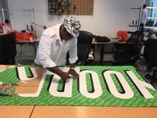 Vrijwilligers maken sporttassen van Feyenoordspandoek