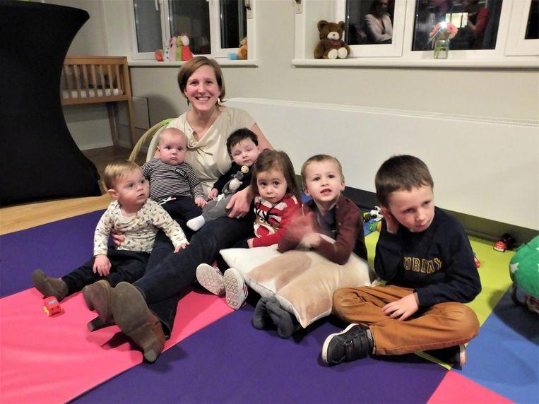 Maaike Van de Velde met haar zoontje Lars en enkele andere kindjes.