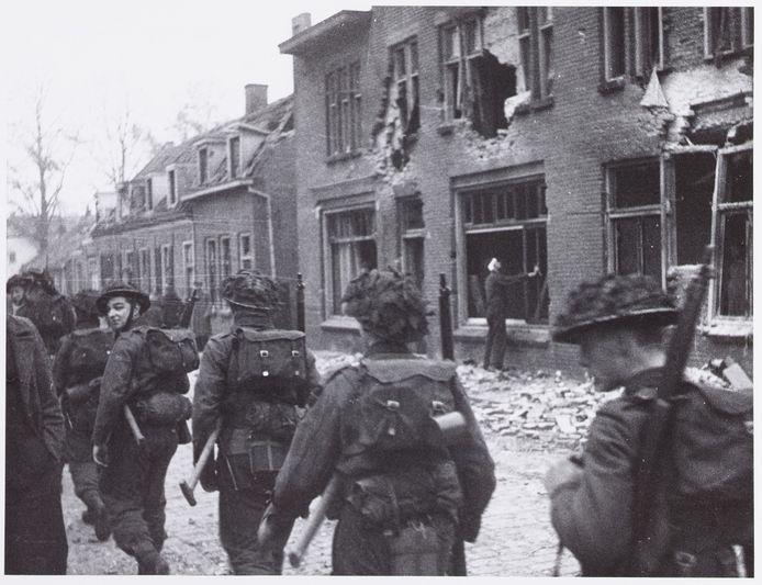 Pastoor van Beugenstraat, 1944. Engelse militairen trekken door Oisterwijk.