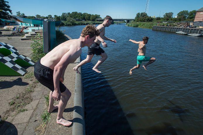 Bij Pier 15, naast Belcrum Beach, springen Tom, Victor en Jeroen vanaf de Veilingkaden het Markwater van de  Belcrumhaven in