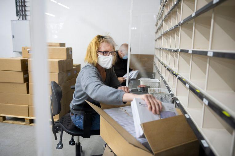 Voorbereidingen voor de verkiezingen: Medewerkers (met afstand tot de arbeidsmarkt) van Inclusief Gresbo Post, sorteren de stembiljetten voor de gemeente Nunspeet.  Beeld Bram Petraeus