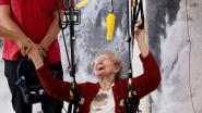 VIDEO. 97-jarige Maria maakt eerste parapentesprong