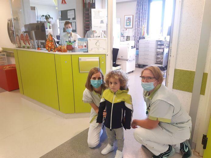 Kaïs neemt afscheid van de verpleegsters in het ziekenhuis.