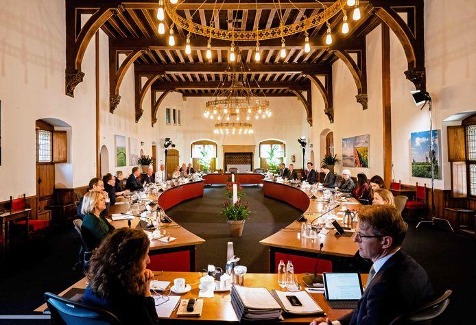 Sinds corona vergaderen de ministers in de Rolzaal, waar ze meer afstand kunnen houden.
