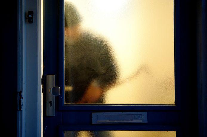 Beeld ter illustratie: een inbreker probeert een huis binnen te komen.