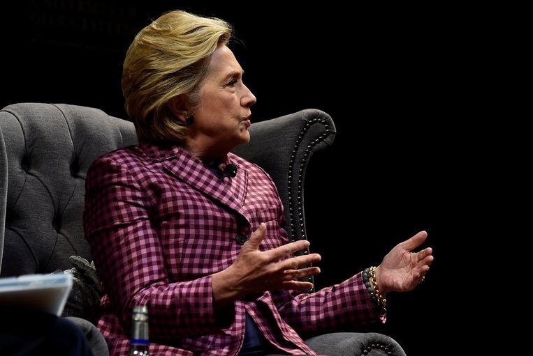 Hillary Clinton was afgelopen weekend in het Britse Cheltenham waar ze geïnterviewd werd door de Britse presentatrice Mariella Frostrup. Beeld reuters