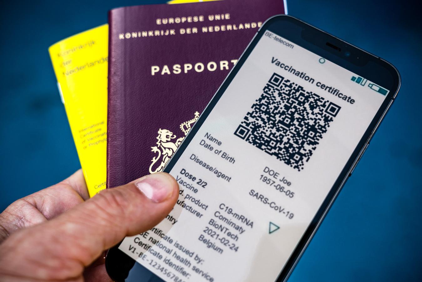 Een telefoon met de app CoronaCheck van de Rijksoverheid. Via de app kunnen reizigers een QR-code genereren die als vaccinatie- of testbewijs dient bij reizen naar het buitenland.