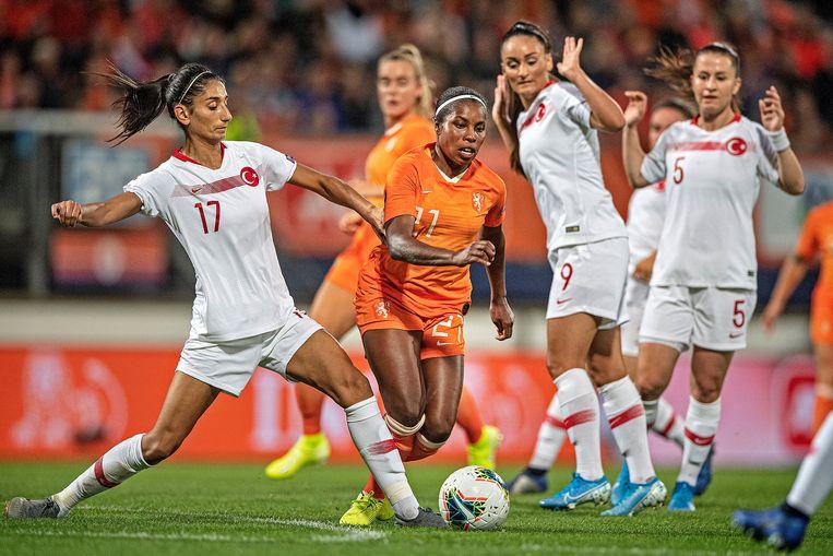Lineth Beerensteyn krijgt een tik van İpek Kaya nadat ze twee Turkse speelsters heeft omspeelt. Beeld Guus Dubbelman / de Volkskrant