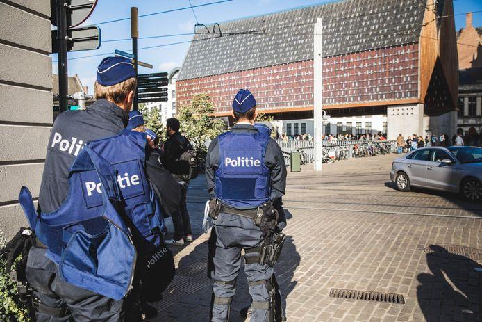 De politie kijkt rustig toe en laat betijen.