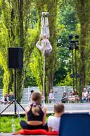 Het acrobatische circus van Be Flat tussen de bomenkrans in het Zuiderpark was een van de 22 voorstellingen op de openingsdag van Theaterfestival Boulevard.