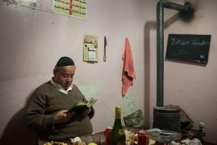 De Afghaan Zabulon Simintov in 2012 in zijn kamer in de vervallen synagoge. Beeld Hollandse Hoogte / Joel van Houdt