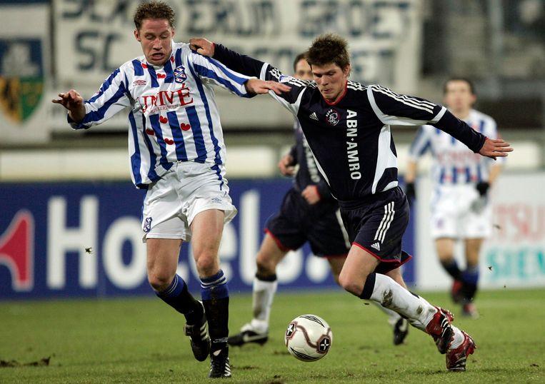 Huntelaar (r) in duel met Michael Breuer van SC Heerenveen. Beeld Hollandse Hoogte /  ANP