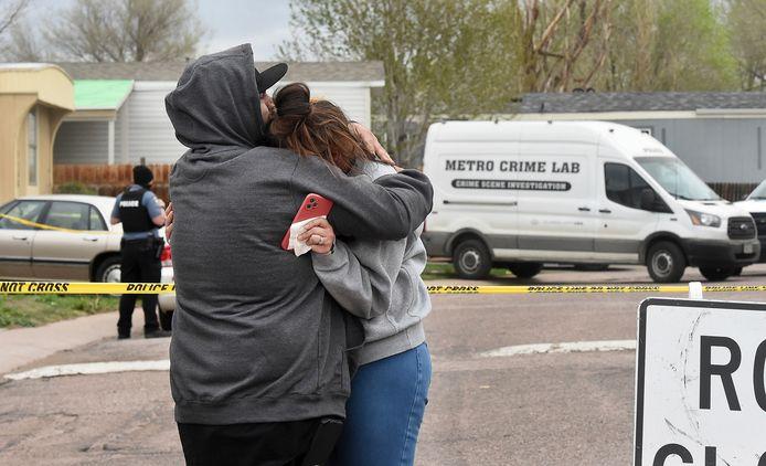 Nubia Marquez (28), dochter van Joanna Cruz, met haar man Freddy Marquez op de plek waar haar moeder en andere familieleden werden doodgeschoten. Zij had het feestje twee uur voor de schietpartij verlaten.