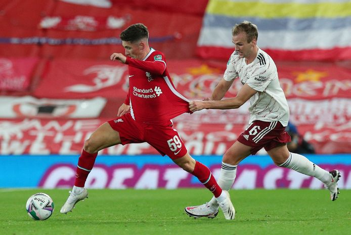 Harry Wilson in duel met Rob Holding tijdens Liverpool - Arsenal in de Carabao Cup.