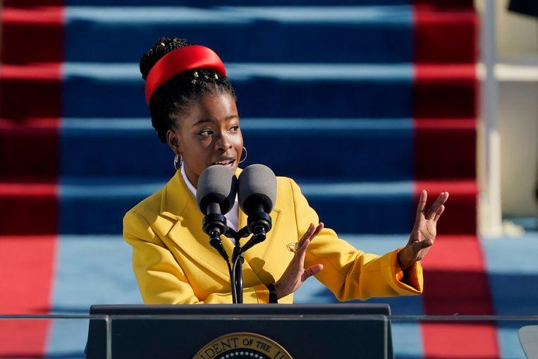 De Amerikaanse dichter Amanda Gorman tijdens haar voordracht bij de inauguratie van Joe Biden als president van de Verenigde Staten. Beeld EPA