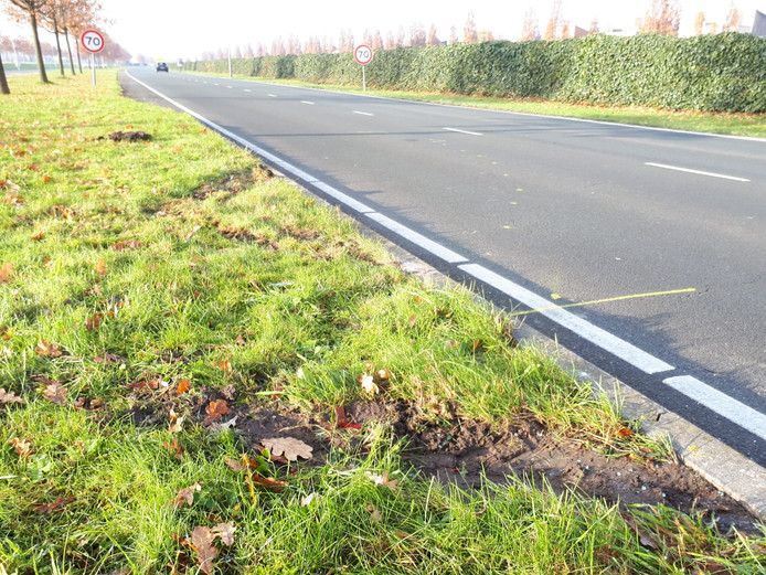 Een bandenspoor en gele markeringen op het wegdek herinneren aan het ongeluk dat vrijdag gebeurde op de Larserdreef.