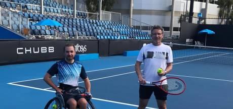 Rolstoeltenniscoach Joop Broens keert terug uit 'luxe tennisgevangenis' in Australië: 'Op iedere etage was bewaking'