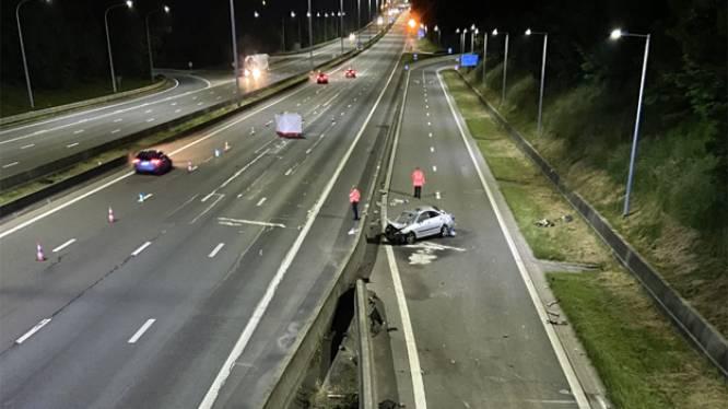 Politie zoekt hele reeks bestuurders die gecrashte vrouw (36) aanreden op E40 en doorreden