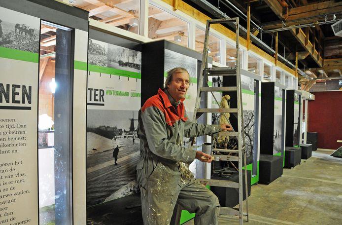 Karl Bierhaus op de ladder voor schilderwerk bij de grote schuur naast de koffieplek bij Museumboerderij Goemanszorg.