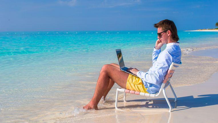 Werkend aan het strand. Beeld Colourbox
