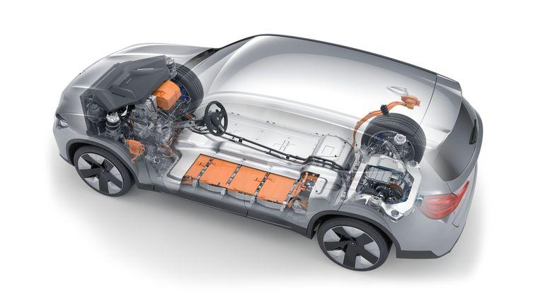 De motor van de iX3 bevindt zich achterin. Derhalve bevindt zich voor onder de motorkap vooral lucht. Onbenutte ruimte die er is omdat om efficiencyredenen het karkas hetzelfde is als die van zijn benzine- en dieselbroertjes. Beeld