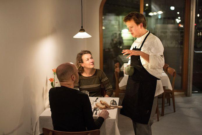 Jim de Jong in gssprek met gasten in zijn restaurant in Rotterdam.   Jim de Jong in zijn nieuwe restaurant.  foto Jan de Groen