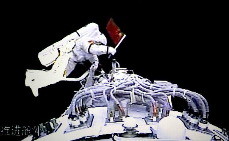 De Chinese astronaut Zhai Zhigang maakt in 2008 een ruimtewandeling bij Tiangong-1, voorloper van het nieuwe ruimtestation. Beeld AP