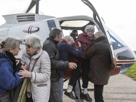 Zeeuwse zussen (95 en 90) samen in helikopter: 'Als ik misselijk word, wil ik terug'