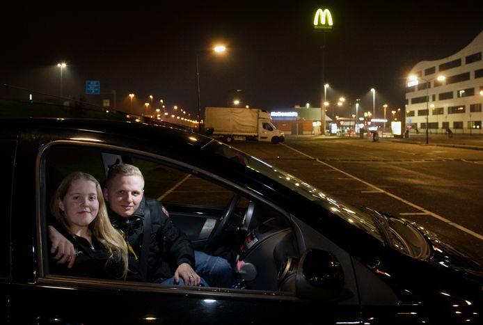 Veenendaal Janna en Robin waren de laatse op de parkeerplaats van de MCDonalds een paar minuten voor 21uur. gingen ze naar huis. Foto. William Hoogteyling