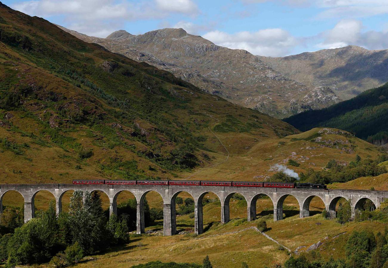 De stoomtrein 'The Jacobite' rijdt over het Glenfinnan viaduct in Schotland.