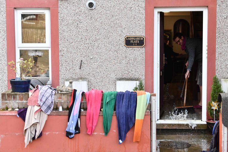 Dweilen met de kraan open in Appleby, in het noordwesten van Engeland. Beeld AFP