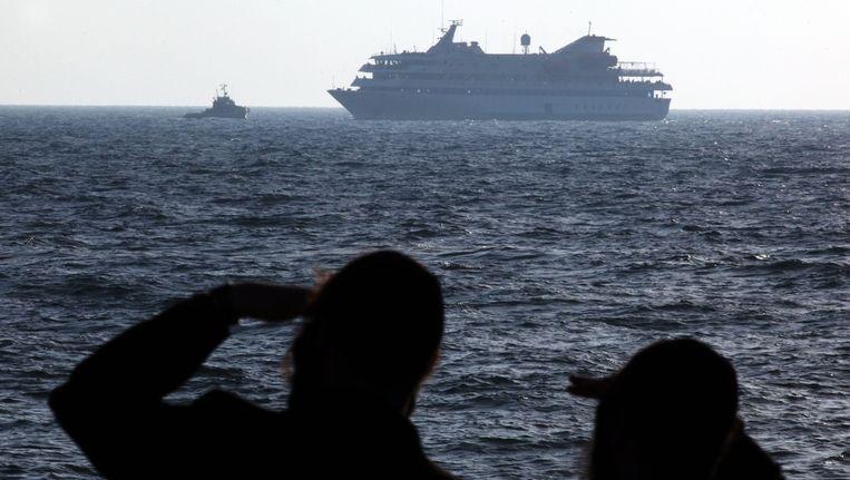 Ultraorthodoxe joden kijken naar het Turkse schip de Mavi Marmara, dat onderdeel was van de Free Gaza Movement in mei 2010. Beeld EPA