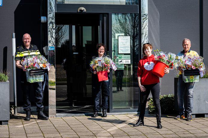 Iris van de Kok en Jan van Boven van de SP in Alphen hebben bloemen bezorgd bij de politie.