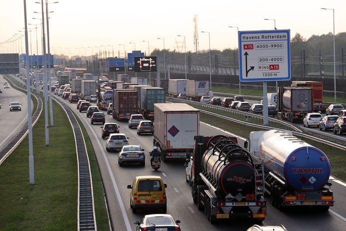 Als het op de A15 richting Spijkenisse vaststaat, zijn ook gelijk de Botlek, Europoort en Maasvlakte slecht bereikbaar.
