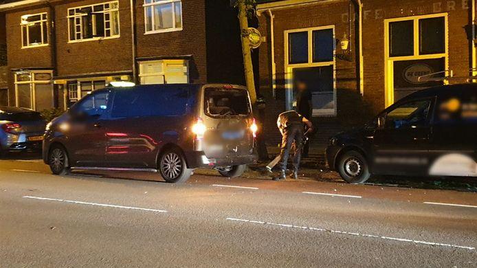 De Oldenzaalsestraat in Enschede is bezaaid met glas na het ongeluk.