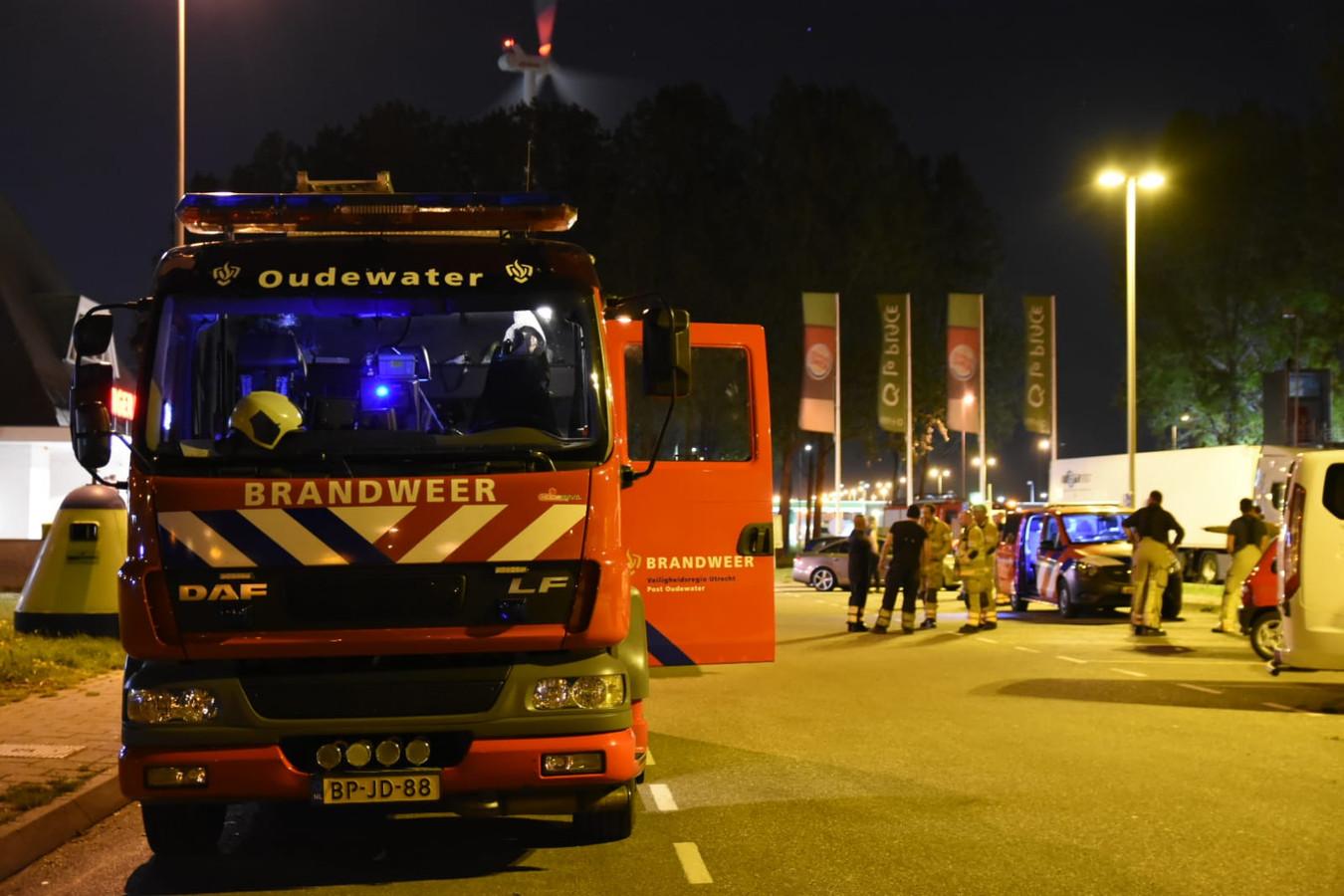 De brandweer van Oudewater heeft zich samen met andere korpsen verzameld bij een benzinestation langs de A27 bij Nieuwegein.