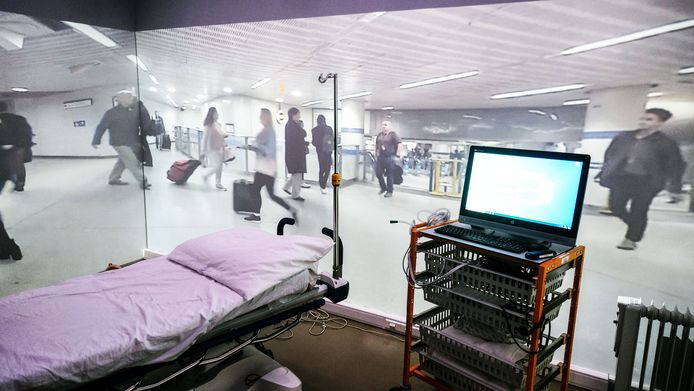 Een ander scenario, in de metro in Londen. Voor alle duidelijkheid: dan worden het bed en andere zaken wel uit de simulatiekamer weggenomen.