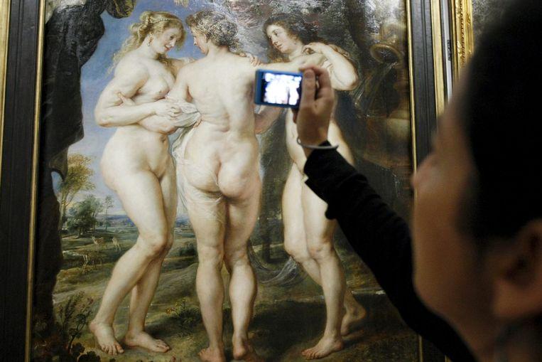 Een bezoeker maakt een foto van een schilderij van Peter Paul Rubens. Beeld anp