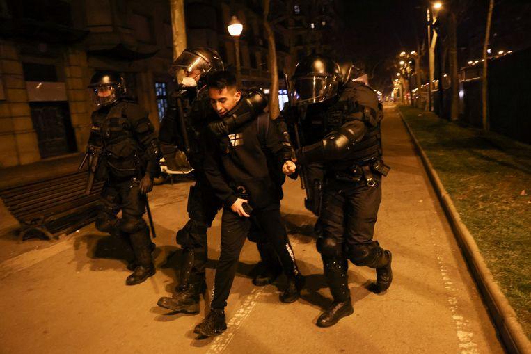 Politieagenten voeren een arrestant af. Beeld REUTERS