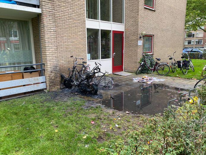 Van de scooter bleef niets meer over na de brand.