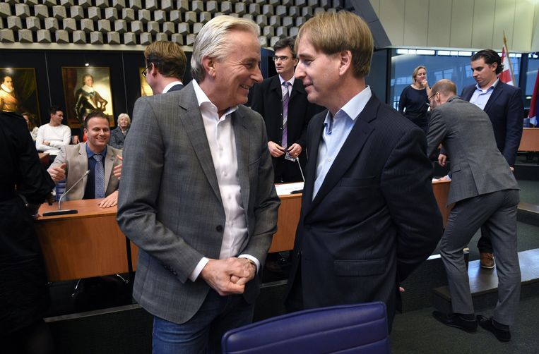 Maart 2019, toenmalig Forum voor Democratie-statenleden Hans Smolders (links) en Erik de Bie in gesprek met elkaar. Forum maakt geen deel meer uit van het nieuwe provinciebestuur.  Beeld Marcel van den Bergh / de Volkskrant