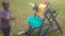 Jongetje (9) uit Kenia knutselt vernuftige handwasmachine in elkaar