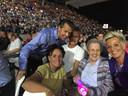 De 96-jarige Lenie Korn (2e van rechts) geniet met volle teugen van Helene Fischer, in het gezelschap van onder andere haar dochter Marianne (r)