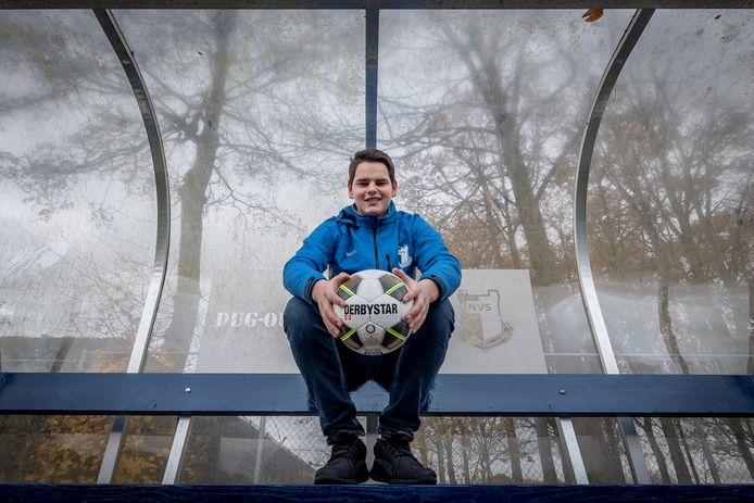 Jikke de Jong in de dug-out bij zijn voetbalclub NSV.
