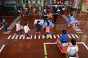 Een verkeersregelaar in de Chinese stad Handan geeft verkeersles aan kinderen op een kleuterschool.