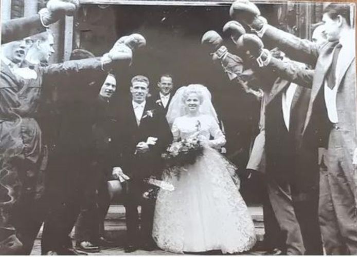 Piet en Toos van de Kerkhof na de huwelijksvoltrekking in Eindhoven (1961), met een erehaag van boksers