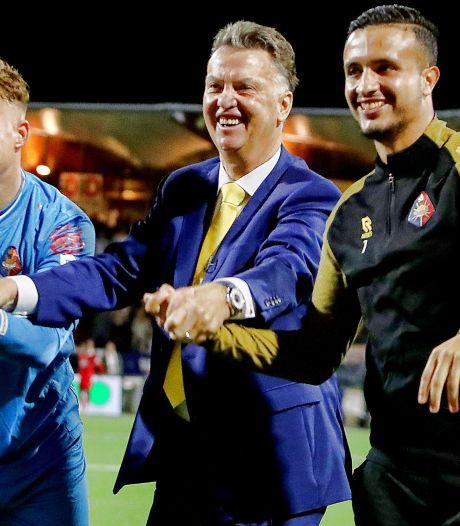 Bondscoach Louis van Gaal stunt met Telstar: 'We winnen hier van de koploper, dat is heel wat'